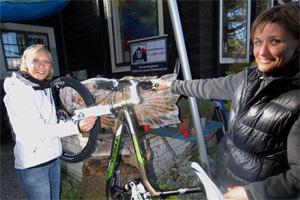 """Simone von TREK &uuml;bergibt an Rosi symbolisch den Gewinn, ein 2011er <a href=""""http://www.trekbikes.com/at/de/bikes/mountain_full_suspension/fuel_ex/fuelex8e/"""" target=""""_blank"""">TREK EX8</a> im Wert von 2.499 Euro"""