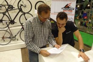 Challenge Veranstalter Jürgen Pail und CENTURION Österreich Verkaufsleiter Karl Prehm überprüfen kritisch die Liste mit den Gewinnberechtigten.